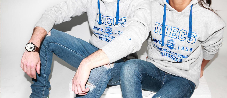 deux étudiants portant des vêtements personnalisés